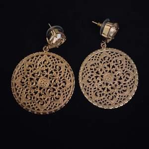 Säljer dessa vackra Alexandra Örhängen från Caroline Svedblom i guldig färg 🌼 Materialet är mässing, de är köpta för 800kr men säljs för 400kr- jag bjuder på frakten! Priset kan diskuteras vid snabb affär 🖤 Postar med bildbevis, och jag säljer ett annat par i silver också- kan sälja båda till ett paketpris ❄️