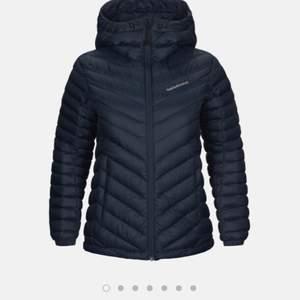 En marinblå Peak jacka i storlek xs, den passar som S och är i bra skick! 💕