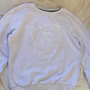 Kenzo tröja hel vit i storlek m men passar mig som är S, den är i väldigt bra skick där den bara har använts 3 gånger. Skriv vid intresse!