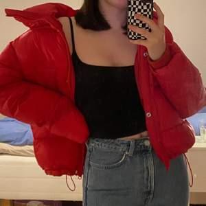 säljer min snygga och väldigt trendiga röda puffer som jag älskar!! den kommer dock aldrig till användning då jag har en till i en annan färg så därför säljer jag denna 🦋 frakt tillkommer på 60kr!