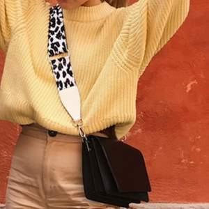 Säljer den här väskan med leopardmönstrat band, bandet går att byta och även att korta ner 💕