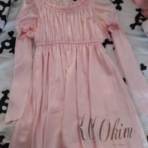 så fin klänning från kokokim. köpt för 400 och använd en gång, super fint skick! banden på ärmarna är där för att göra rosetter där hihi. GÅR NER I PRIS VID SNABB AFFÄR!! :)