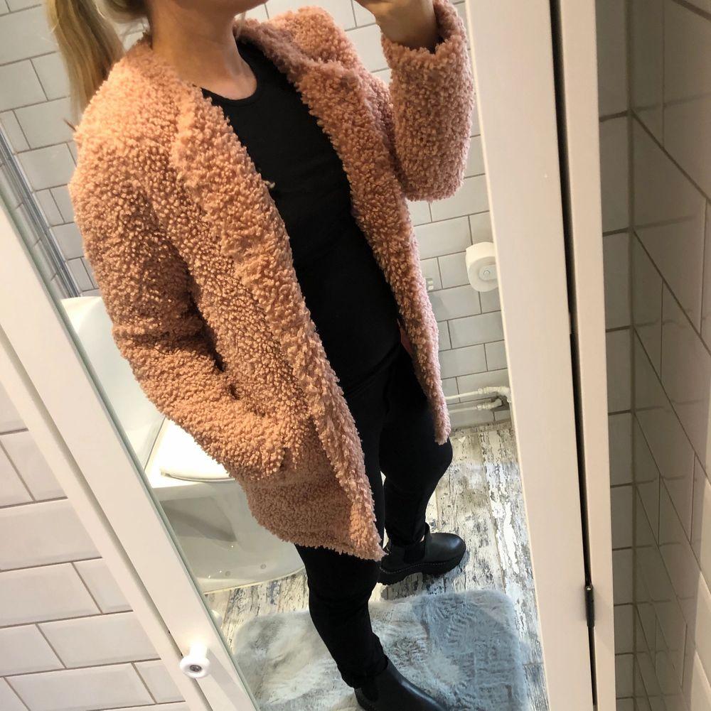 """Snygg """"teddy"""" jacka från Lindex. I använd men fint skick. Den är mer rosa än vad bilderna visar.. den ser lite brun ut men det är den inte. . Jackor."""