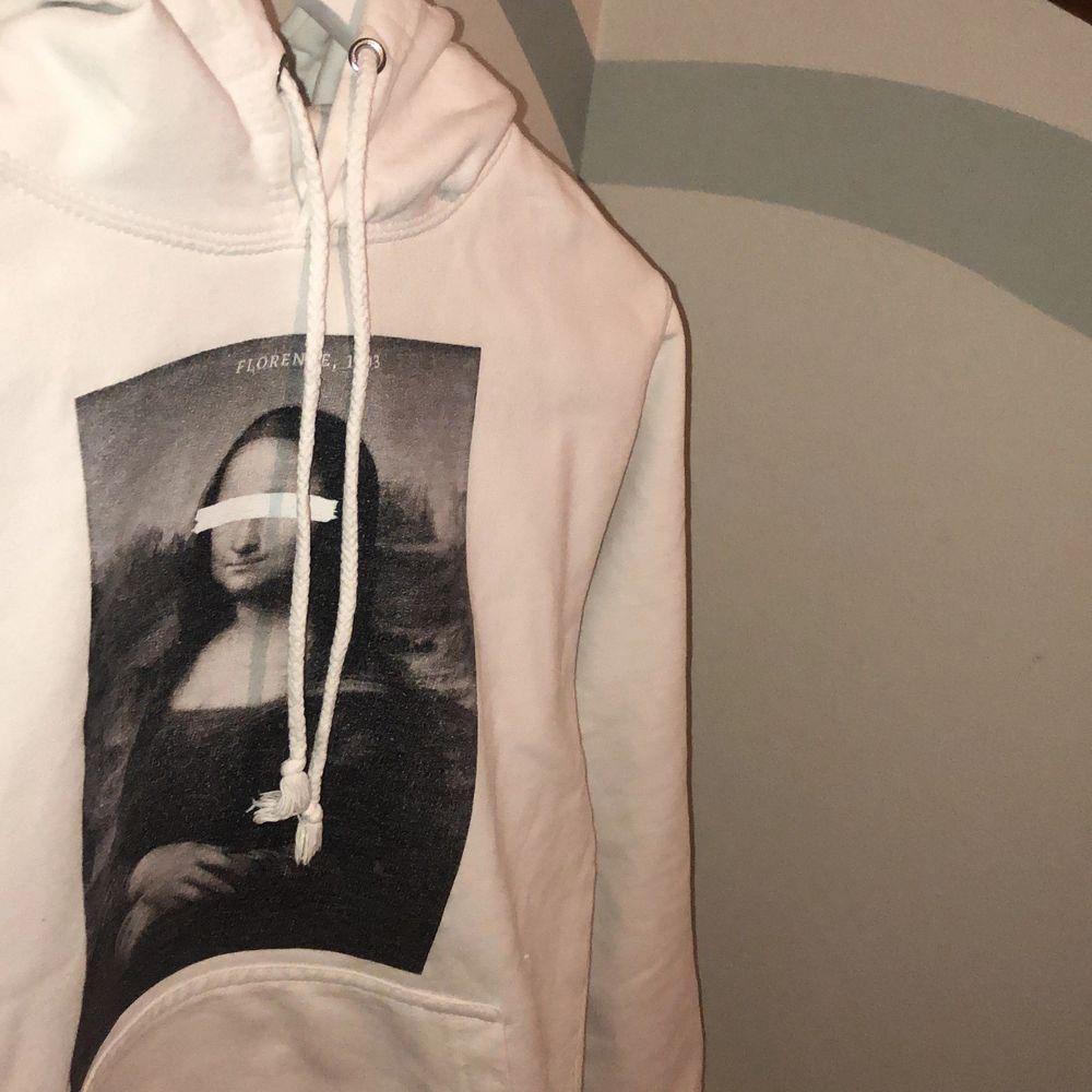 Skitsnygg Mona Lisa hoodie från the coolelephant i storlek S (unisex). . Huvtröjor & Träningströjor.