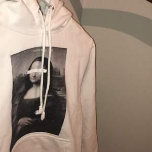 Skitsnygg Mona Lisa hoodie från the coolelephant i storlek S (unisex).