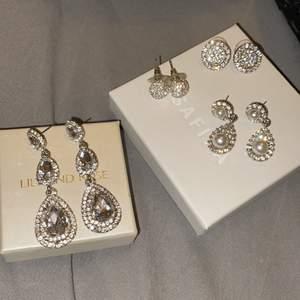 Olika diamantörhängen som jag bärt på olika baler/sittningar! Hängörhängena är båda från lily&rose och de andra två är båda från snöofsweden! Säljer de tre som ligger på högra asken för 100 kr/st och de största på vänstra asken för 200 kr!💕 Säljer alla fyra tillsammans för 350 kr. Alla stenar/pärlor sitter kvar på samtliga örhängen!