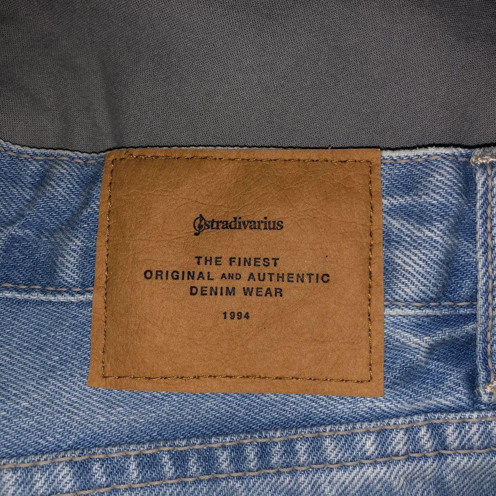 Jättesöt jeanskjol från Stradivarius, köpt i Cypern och är i bra skick. Älskar den men den är tyvärr för liten nu. Köparen står för frakten ❤️ (Först till kvarn!). Kjolar.