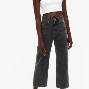 Säljer dessa sjukt fina jeans från monki i modellen Mozik,  säljer pågrund av att dem tyvärr inte kommer till någon användning. Bra skick då jag använd nått fåtal gång! Köparen står för frakt