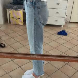 Croppade ljusblå straight jeans från Zara!! Rätt använda men ändå bra skick❤️❤️