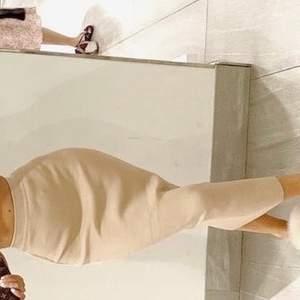 En beige tajt kjol ifrån ZARA, as fin kjol till höst och sommar! Sitter superfint på kroppen och har stretch i midjan vilket gör att den passar allt från Xs-M. Helt ny inte använd mer än 30 minuter. Så sjukt snyggt med långs kjolar på vinter/ höst men också sjukt snygg till en topp på sommaren. Säljer då jag har 3 stycken liknande 💓💞💓💕💞 frakt tillkommer.