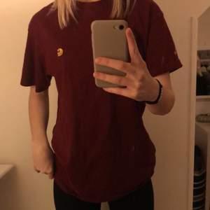 Carhartt t-shirt i gott skick, använd fåtal gånger✨ köparen står för frakten eller så möts vi upp i Örebro;)💓