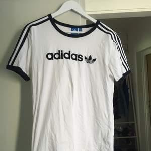 Adidas, t-shirt. Använd mkt sparsamt. Herrstorlek M, sitter lite pösigt på mig som är XS.