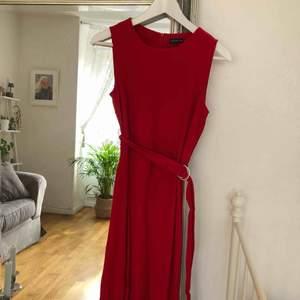 Blir tokig, vill egentligen inte sälja denna men den är nu för liten för mig. Otroligt fin klänning köpt på MQ, märket Stockholm, använd två gånger under julen. Ger väldigt fin silhuett! Frakt på cirka 50kr tillkommer vid behov.