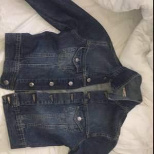 Jättefin jeansjacka i strl M. Lite för mörk för att passa mig och säljer den därför. Är i strl M men sitter perfekt på mig som är strl S i överdelar. Bjuder på frakten.💗💗