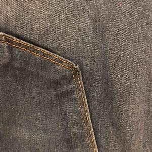 Fashionnova Classic high waisted jeans-medium blue original pris 330kr. Storlek 2XL typ 46 EUR. Har bara använt de en gång. Köparen står för frakt