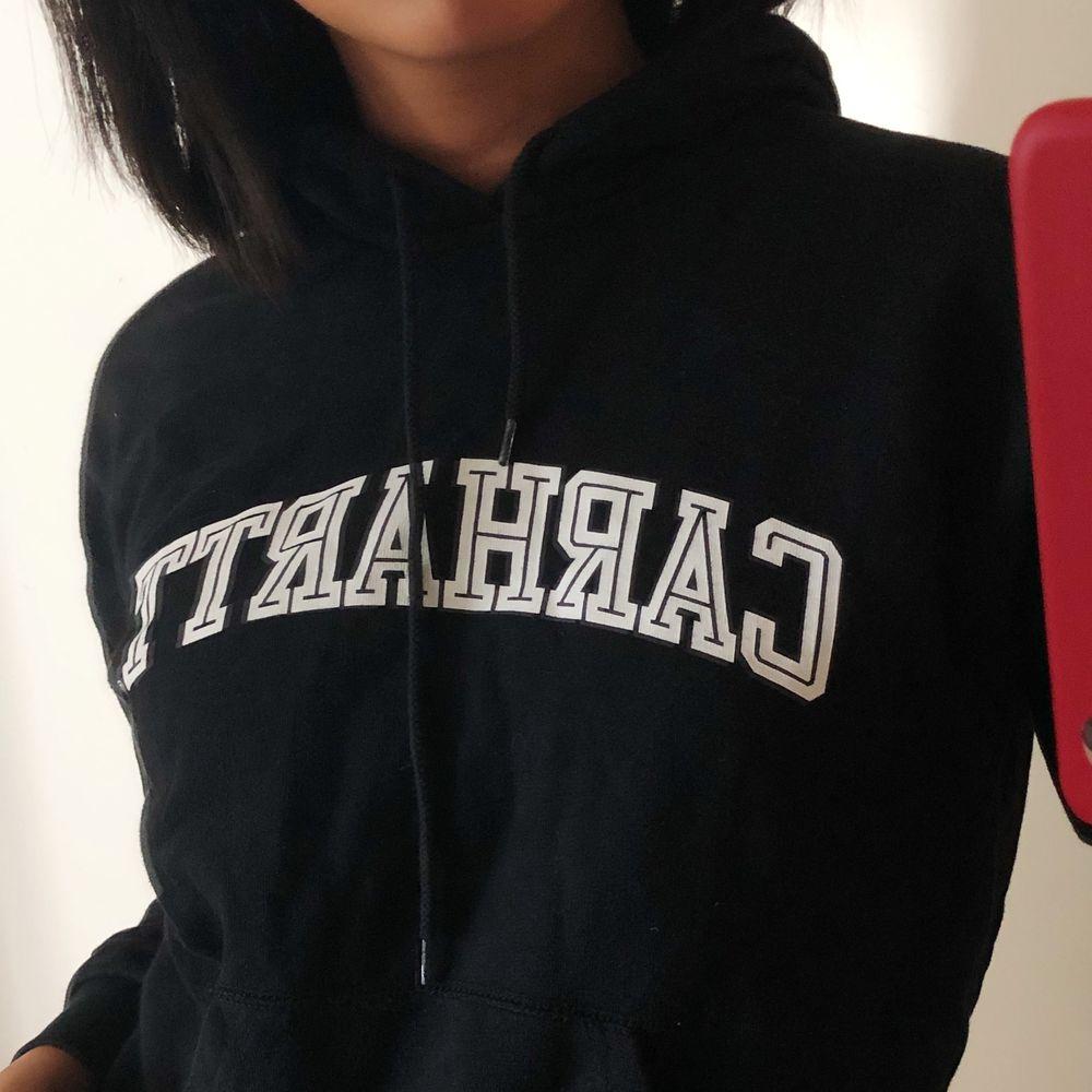 Svart slutsåld hoodie från Carhartt. Knappast använd. Strl XS, kan för handla pris vid snabb affär😊 köpare står för frakt.. Huvtröjor & Träningströjor.
