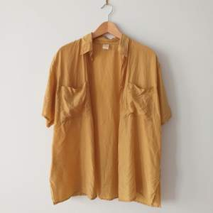 Pris är diskuterbart. Vintage silkesskjorta i guld-gul färg. Jättefin i storlek 40, oversize så passar alla. Jätteskön och inköpt på pop Stockholm. Lagad precis vid kragen på baksidan, syns knäpp men kan skicka bild på! Frakt 39kr.