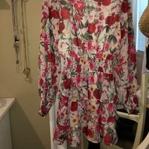 Superfin klänning ifrån ginatricot i storlek 36, använd endast fåtal gånger. På bilden har jag klänningen bak och fram :) Frakt 63kr annars kan jag mötas upp i Stockholm, Upplands Väsby