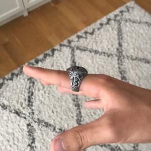 Säljer min Jason ring från seams ,den kommer aldrig till andvändning så cond ,9/10 nypris 250kr kontakta mig för mer bilder elr frågor