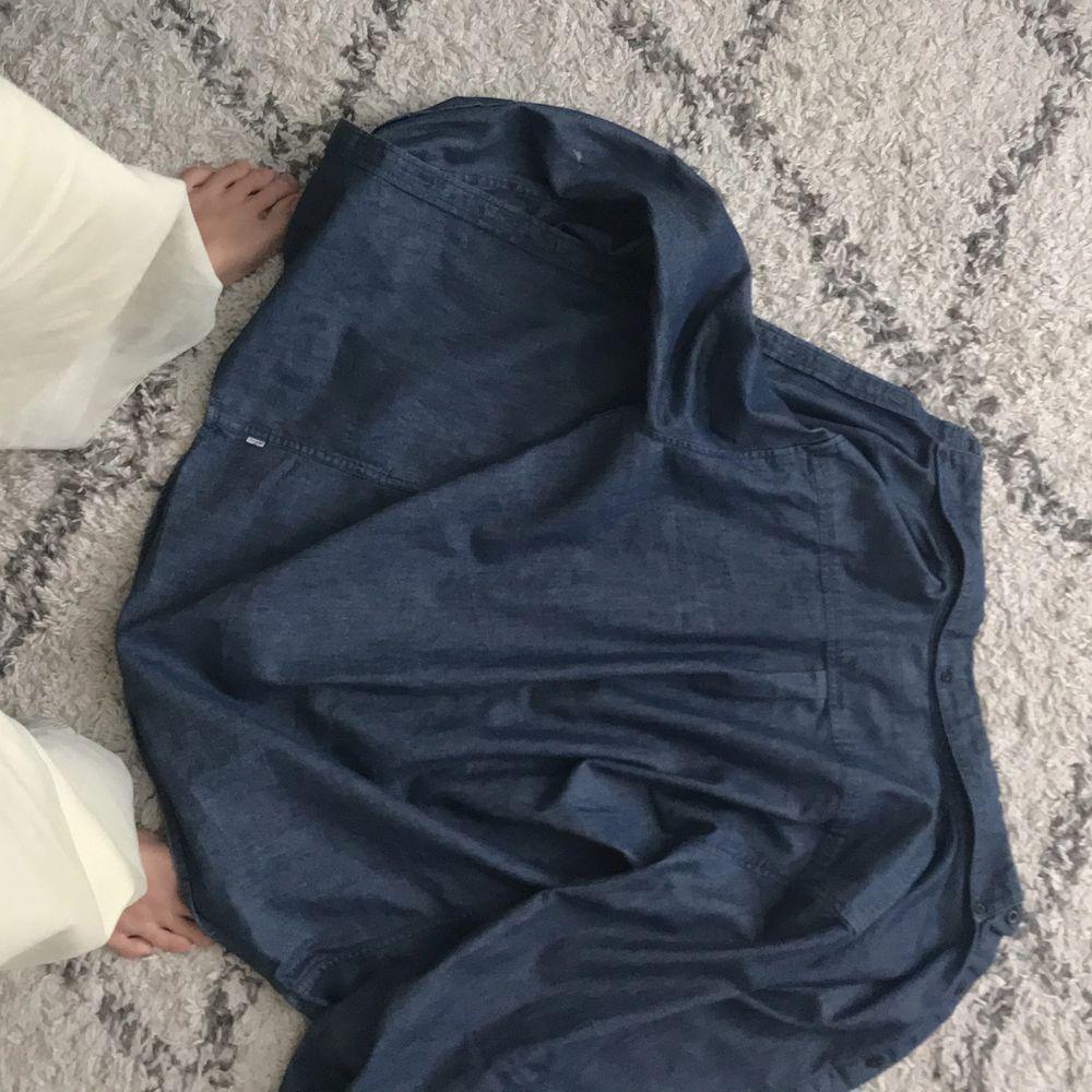 Tänkte sälja ett fint vintage Levis plagg som är en shorta i size M. Skjortor.