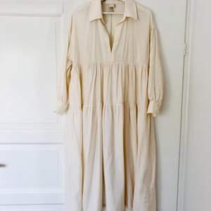 Maxiklänning från H&M. Stl XS men passar också S eller M beroende på hur man vill att den ska sitta. Mycket fint skick! Köparen står för frakten, 44 kr.