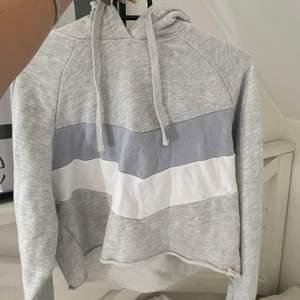 Croppad hoodie från pull & bear. 99kr + frakt 63kr