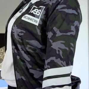 En SVEAtröja med camouflagemönster och vita markeringar. Säljs pga för liten. Köpt för 699kr