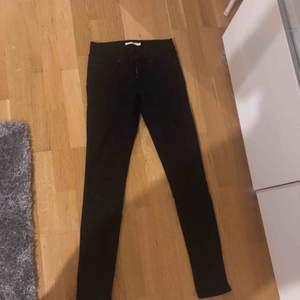 Helt nya byxor från Levis. Kan tyvärr ej visa på då dem e försmå för mig och fick dem i present. Modell skinny 711