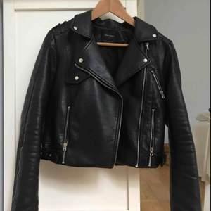 Klassisk bikerjacka från Zara i strl M. Men passar mig bra (även med hoodie/stickat under) som har strl. S i vanliga fall. Inte mycket använd. Köpare står för frakt :)
