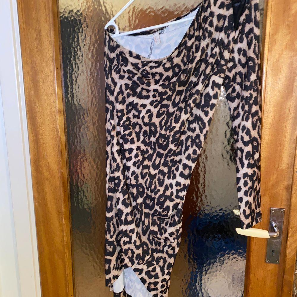 One shoulder dress, leopardfärg. Aldrig använd. Katt finns i hemmet. Pris inkl frakt 🌸. Klänningar.