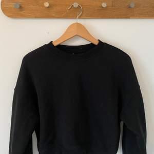 Svart croppad sweatshirt från pull&bear, den är i strl xs men passar xs-s