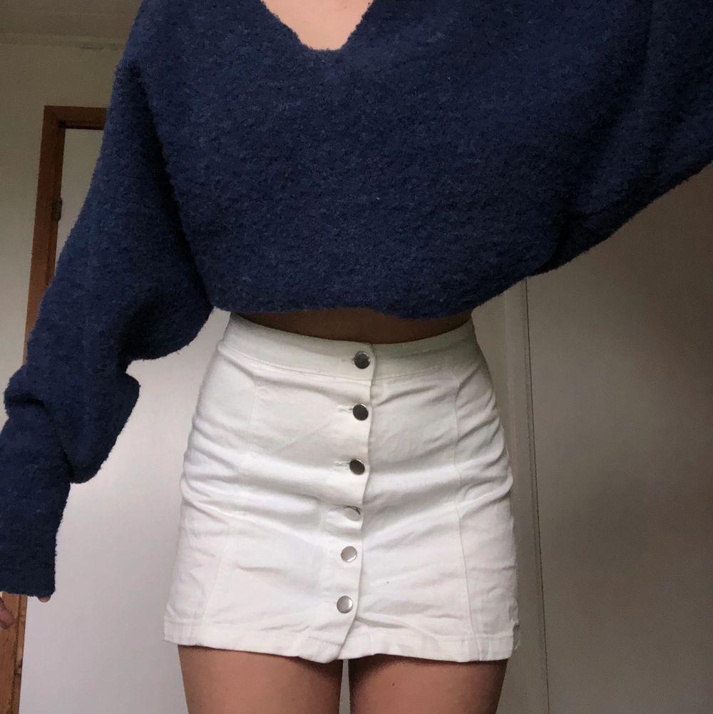 Vit kjol från H&M i storlek S. Superfin men säljer då den tyvärr blivit för liten för mig.. Kjolar.