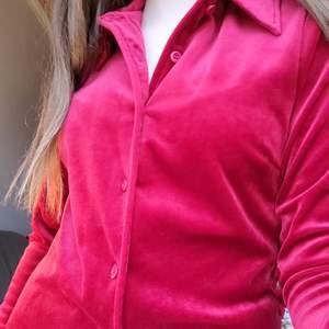 En skjorta i sammet och i storlek S. Oanvänd i bra skick💕