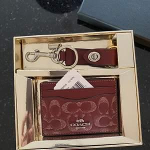 Säljer min nya oanvända coach plånbok/korthållare + nyckelhållare. Köpt för 128 dollar. Frakt : 63kr
