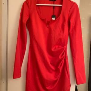 Röd tight klänning från Nelly. Aldrig använd, den är i storlek M men passar definitivt S. Prislapp hänger kvar🥰 pris och frakt kan diskuteras