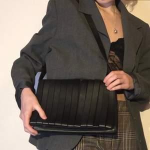 Handväska från & Other Stories i läder. Axelbandet kan knäppas bort för att göra det till en clutch väska.
