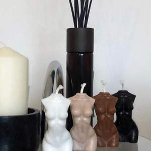 Säljer kroppsformade hemmagjorde ljus, man kan välja om man vill ha med doft av vanilj eller utan. Finns att välja mellan 4 färger. För mer info gå gärna in på vår insta: angelangeluf 🥰❤️