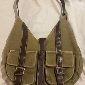 Väldig snygg väska som jag har fått av min mormor som hon använde när hon va yngre den är lite över 40 år men är som i ny skick