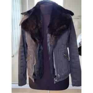 Cool vintage jacka ifrån zadig voltaire, med en pälskrage! Storlek S, fint skick