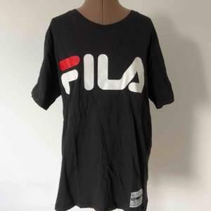 T-shirt i längre modell från FILA x Junkyard. Välanvänd men toppenskick. Priset är inklusive frakt.