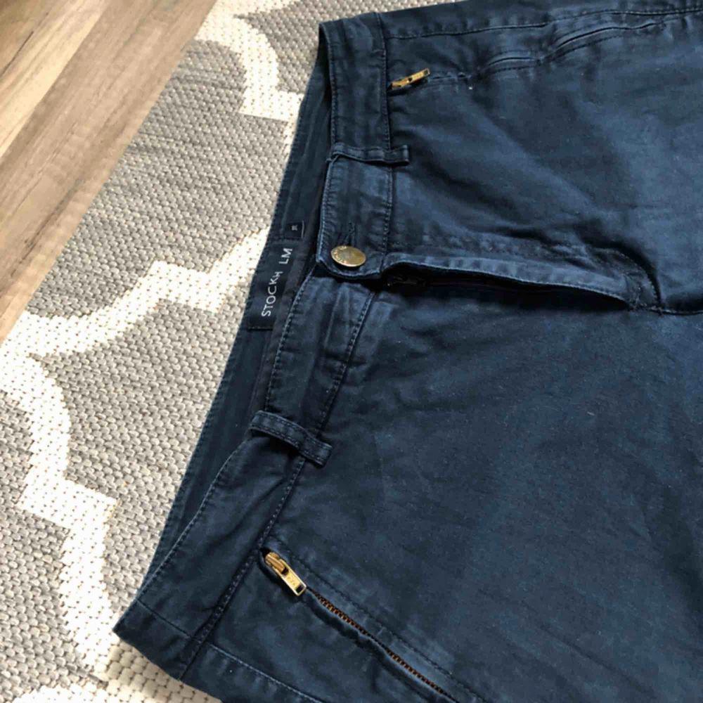 Trekvartslånga byxor från Stockholm LM fint skick. Det är jeansmaterial men de är inte obekväma. Har dragkedjor vid fot anklarna. Är i modellen KIa. Säljer pga de är försmå och inte kommer till användning.Kontakta mig om du har frågor 🙂. Jeans & Byxor.