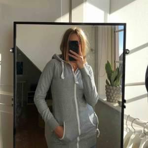 Såå mysig grå lång hoodie med dragkedja hela vägen upp från OnePiece!🤍 är som helt ny i skicket!! frakt tillkommer för köparen🥰