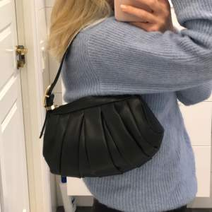 Jättefin svart väska i skinnimmitation. Knappt använd, därav väldigt bra skick. Säljer pga har köpt en annan liknande.