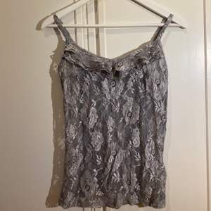 Jätte sött spets linne med blommigt spets mönster. Frakt ej inkl.