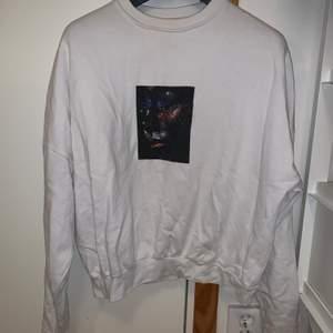 Vit sweatshirt med tryck fram från märket /stay, köpt på carlings. Strl xs💘 pris:80kr+frakt