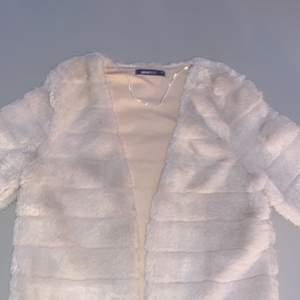 Storlek Xs ifrån Ginatricot, säljer för att den inte kommer till andvändning tyvärr! Väldigt fin tröja som kan användas till vardags liv och kalas. Funkar såklart med andra tillfällen också! Budet börjar på 100kr. Avslutas den 26 januari 2021!