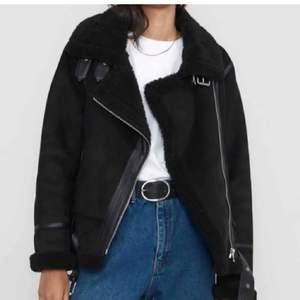 Säljer denna jättefina skinnjackan, då den inte används. Inte samma jacka som på första bilden, den är brun innuti och inte svart, jackan jag säljer ser ni på andra bilden. Säljer då den är för kort i armarna på mig som är 178cm lång. Frakt på 63kr tillkommer💖