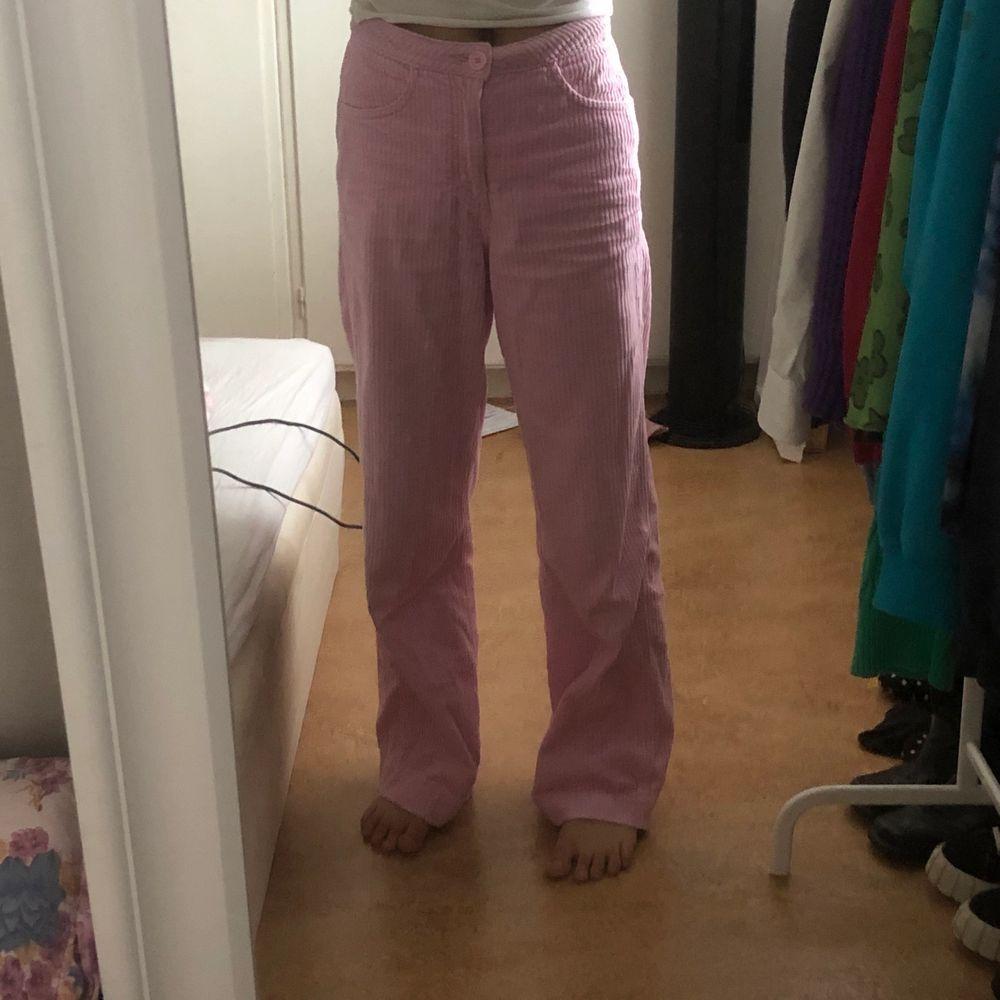 Söta rosa byxor köpta på plick. Orange fläck på baken som ej går bort. Jeans & Byxor.