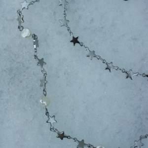 Halsband i 100% kirurgiskt stål. Äkta sötvattenapärlor. Finns med endast stjärnor och med sötvattenspärlor. De är alltså två olika halsband på bilden 🤍