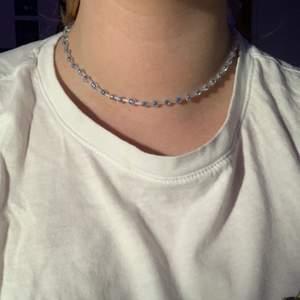säljer detta halsband som jag har gjort själv.❤️🦋💕